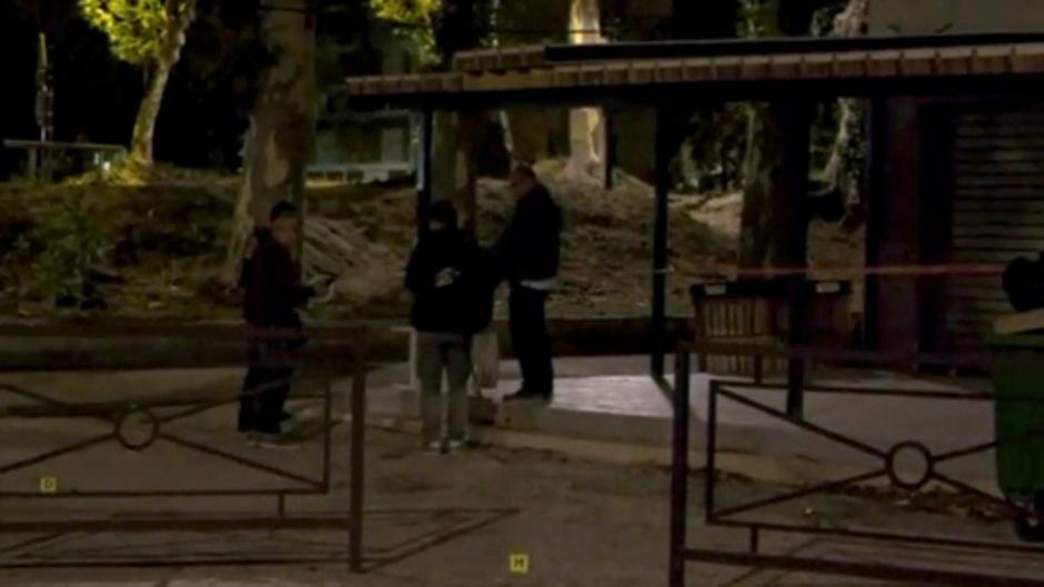 Polizisten vor dem Tatort in Avignon.