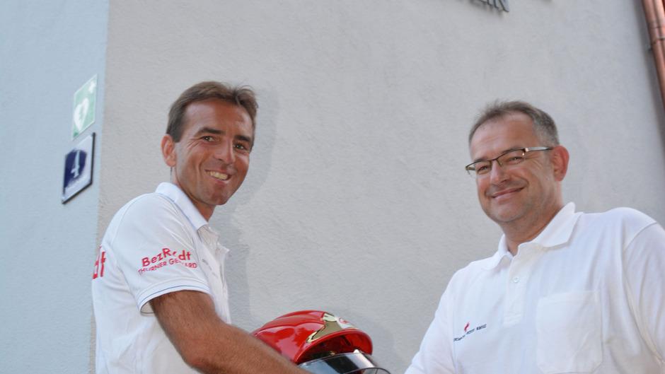 Helmübergabe: Gerhard Thurner (l.) mit Florian Margreiter.