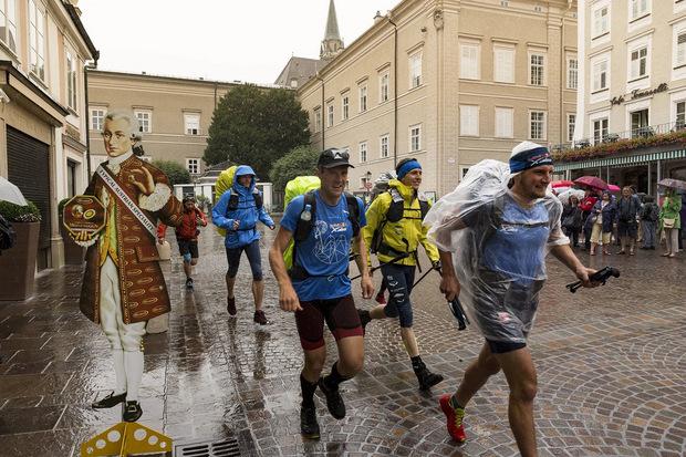 Stephan Gruber (r., vorne) machte sich am Sonntag auf den Weg quer über die Alpen nach Monaco.