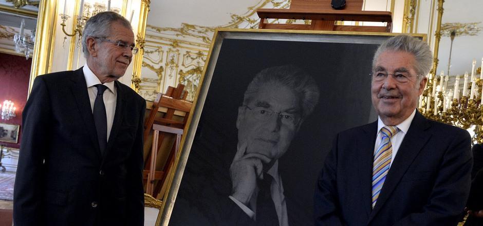 Alt-Bundespräsident Heinz Fischer (r.) und das aktuelle Staatsoberhaupt Alexander Van der Bellen bei der Enthüllung des Porträts.