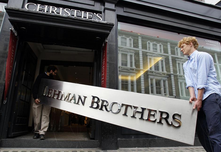 Ausgehend von der US-Immobilienkrise, bei der Millionen Amerikaner ihre Häuser verloren, folgte die größte Finanzkrise seit den 1930ern. Diese fand ihren Höhepunkt in der Lehman-Brothers-Pleite.