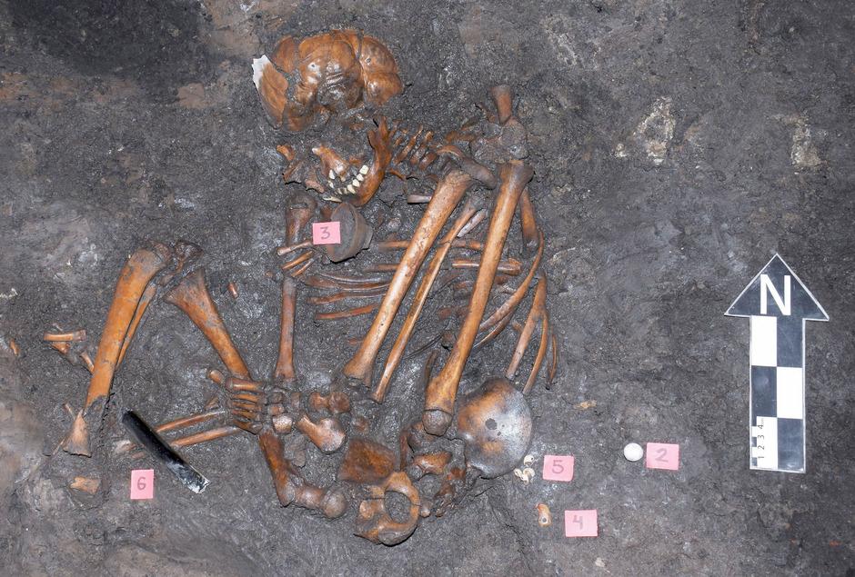 Die Skelette sind nahezu komplett erhalten und in der Embryonalstellung begraben.