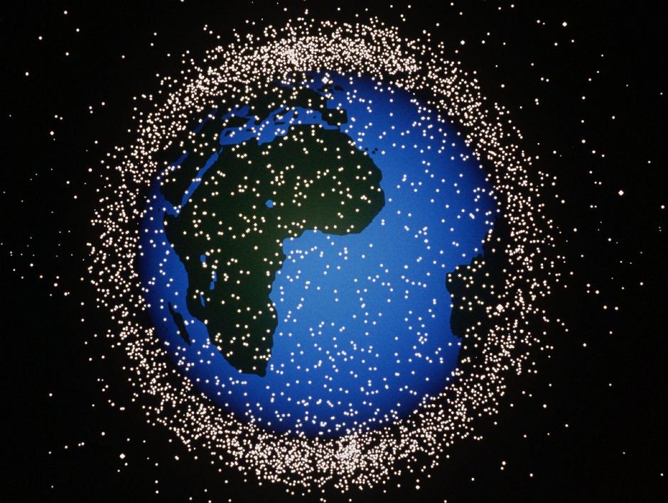 Wie ein Bienenschwarm umkreisen intakte Satelliten und Weltraummüll auf einer Computersimulation der ESA die Erde. (Archivbild)