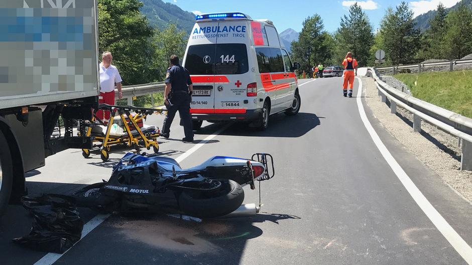 Das Motorrad prallte beim Überholen gegen einen Lkw.