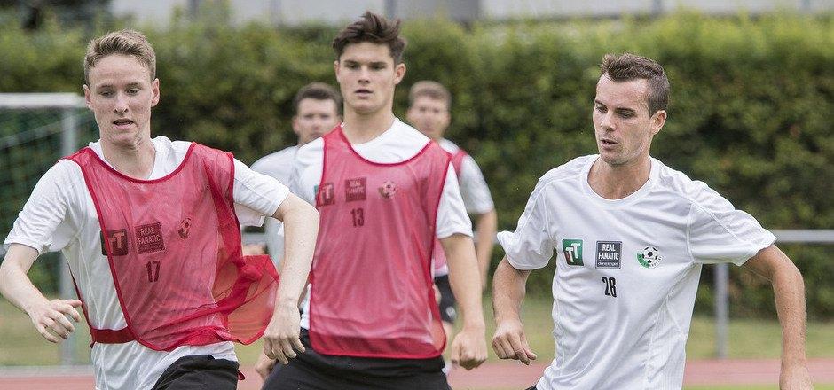 Wird in Wattens auch von den Jungen (von links Rene Schneebauer und Sebastian Pittl) im Training gefordert – Simon Zangerl.