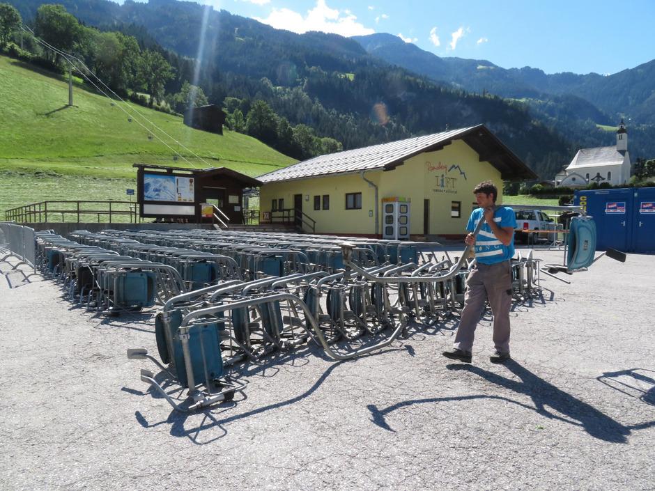 Die Bergbahnmitarbeiter demontieren die einzelnen Sessel und lagern sie neben dem Lifthäusl.
