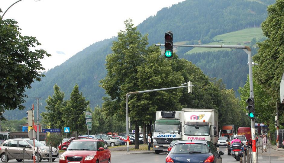 An den Ampelmasten bei der Lienzer Bahnhofskreuzung werden Kameras angebracht.