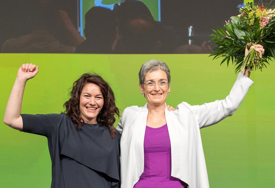 Grüne-Bundessprecherin Ingrid Felipe (l.) und die Spitzenkandidatin für die Nationalratswahl Ulrike Lunacek beim Bundeskongress in Linz.