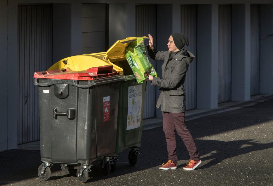 Die gelben und roten Müllcontainer müssen von den Besitzern bzw. Betreuern der Liegenschaften zur Abholung bereitgestellt werden.