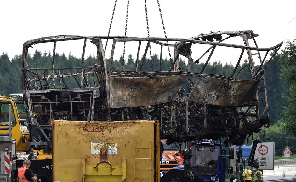 18 Menschen kamen vor wenigen Tagen bei einem verheerenden Busunfall auf der deutschen A9 ums Leben. Der Bus hatte nach einem Auffahrunfall zu brennen begonnen.