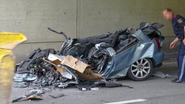 Ein Felsbrocken stürzte auf das Auto und verletzte den Lenker tödlich.