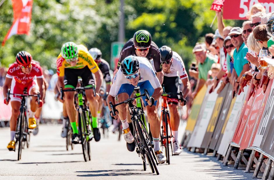 Elia Viviani (weißes Trikot) siegte auf der dritten Etappe im Massensprint.