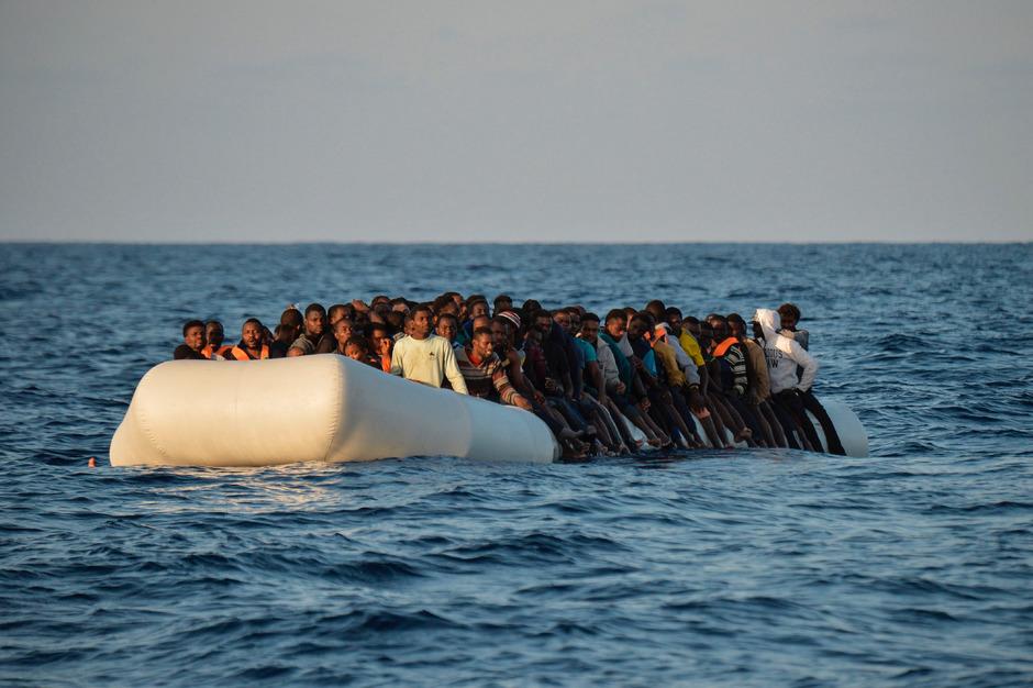 Flüchtlingsboot im November des Vorjahres vor der libyschen Küste. Die Menschen wurden von der NGO Moas geborgen.