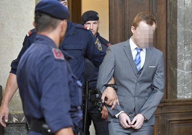 Der Angeklagte wurde in den Großen Schwurgerichtssaal des Wiener Landesgerichts geführt.