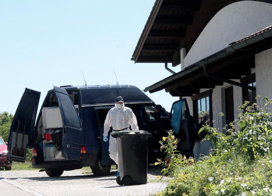 Ermittler am Tatort in Vogtareuth im Landkreis Rosenheim.