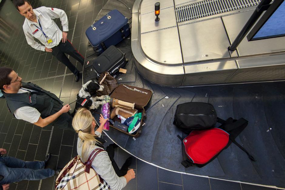 Wer etwas zu verzollen hat, muss aktiv den Kontakt zum Zollbeamten suchen. Am Flughafen Wien wird ein Koffer überprüft.