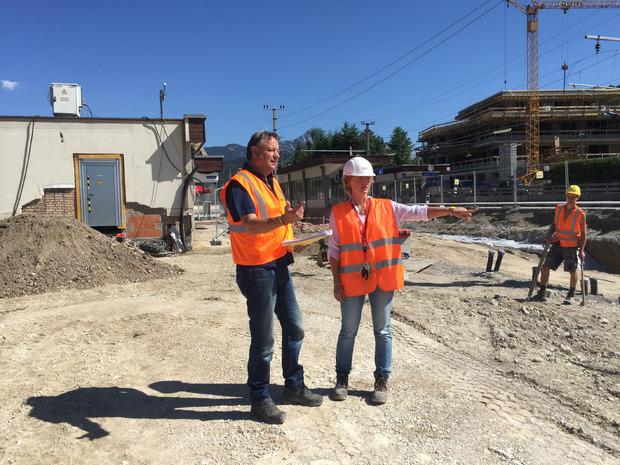 Bauleiterin Stefanie Kotter gibt den Ton an und informiert Günter Oberhauser (beide ÖBB) über das weitere Vorgehen auf der Baustelle.