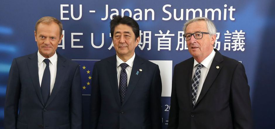 EU-Ratspräsident Donald Tusk  (li.), Japans Premierminister Shinzo Abe (mi.) und Kommissionspräsident Jean-Claude Juncker.