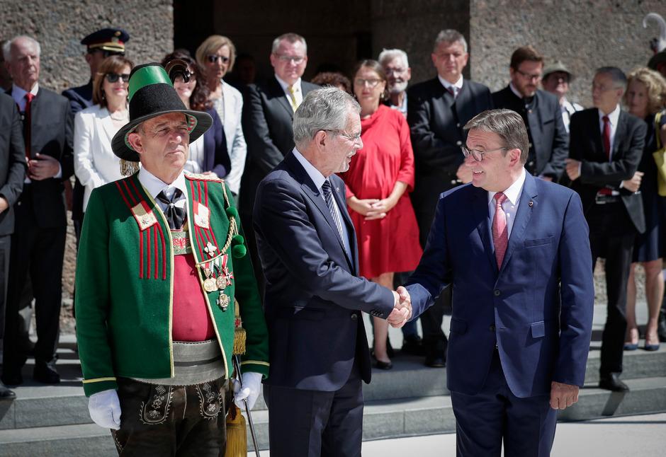 Festakt vor dem Landhaus: LH Günther Platter hieß Bundespräsident Alexander Van der Bellen bei seinem Antrittsbesuch mit einem landesüblichen Empfang in Tirol willkommen.