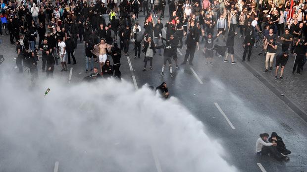 Mit Wasserwerfern ging die Polizei gegen die Krawallmacher vor.