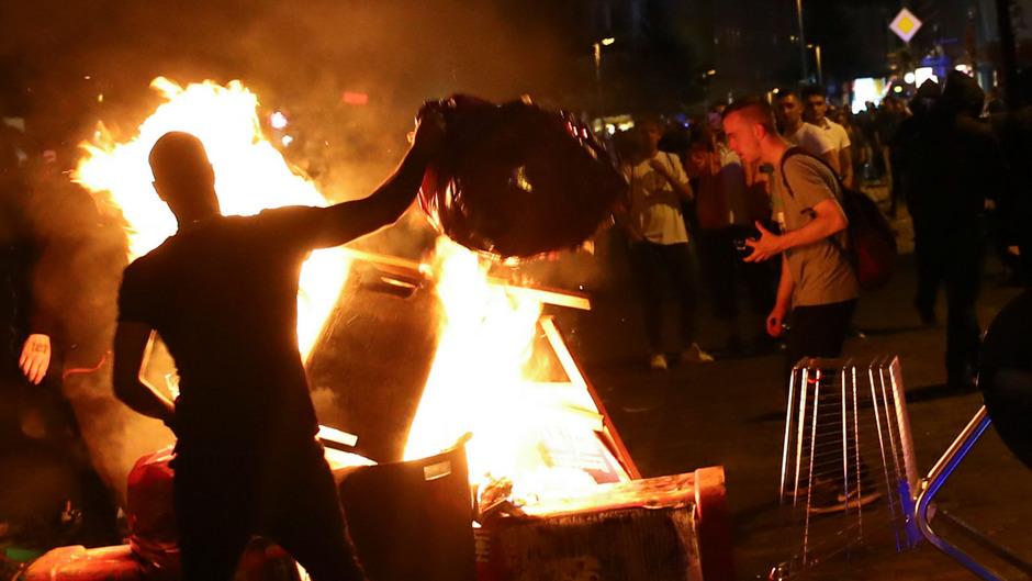 In einigen Straßen brannten Barrikaden.