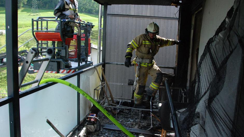 Die Flammen breiteten sich von einer Sitzecke ausgehend schnell über den ganzen Balkon und die Fassade aus.
