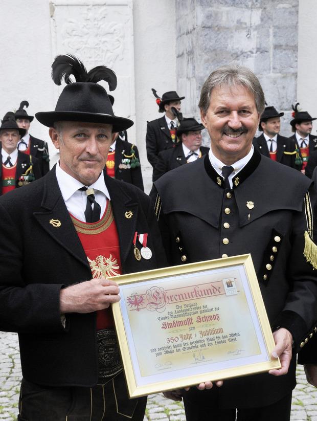 Der Schwazer BM Hans Lindner konnte mit Obmann Helmut Peer die Jubiläumsurkunde entgegennehmen.