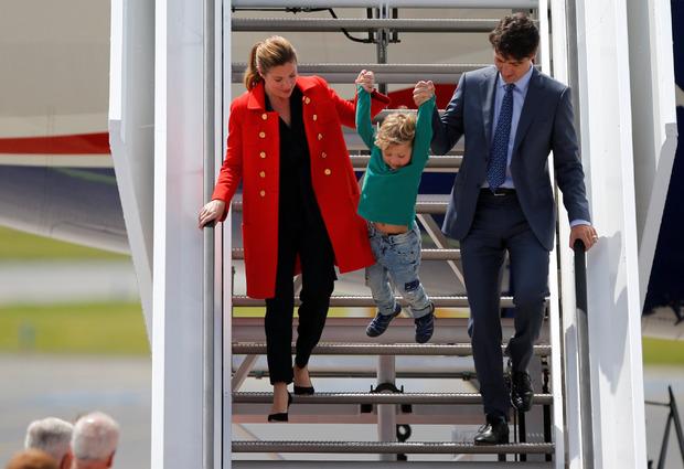 Beim Aussteigen aus dem Flugzeug hatte der Mini-Trudeau seinen Spaß.