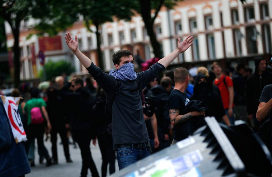 Tausende G-20-Gegner versuchten am Abend zur abgesperrten Elbphilharmonie vorzudringen.