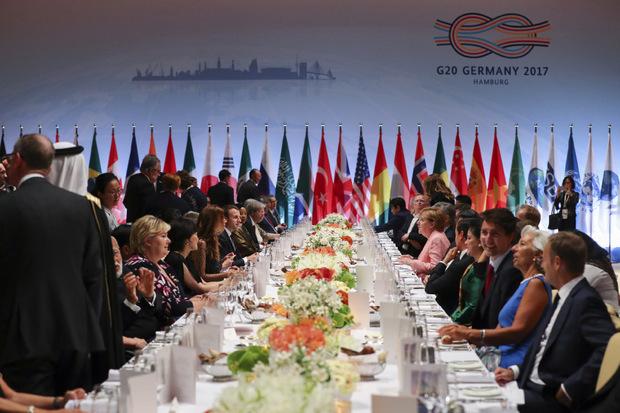 Unterdessen trafen sich die Delegierten in der Elbphilharmonie zum Dinner.
