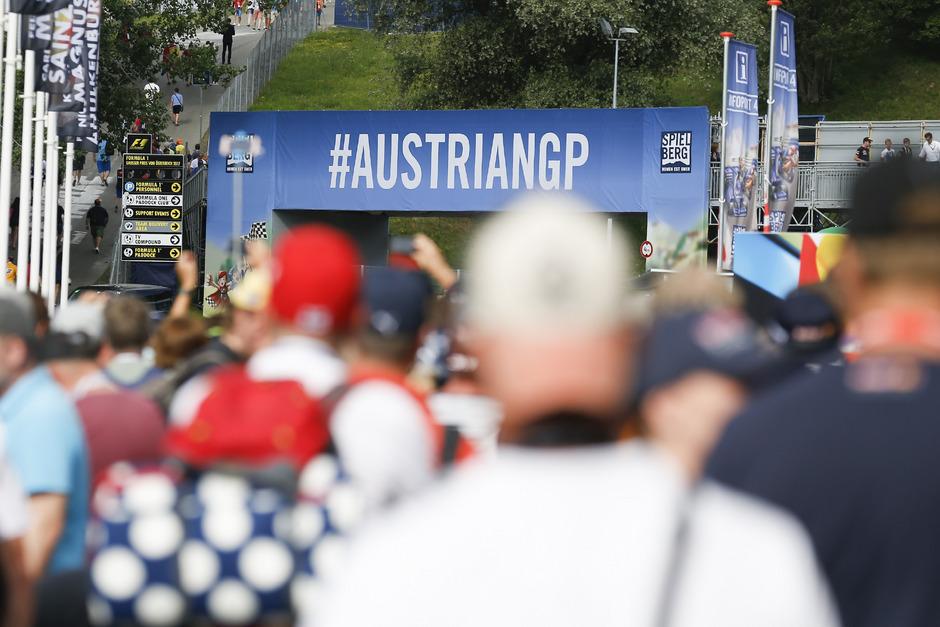 Fans vor Beginn des 3. Trainings am Red Bull Ring in Spielberg.