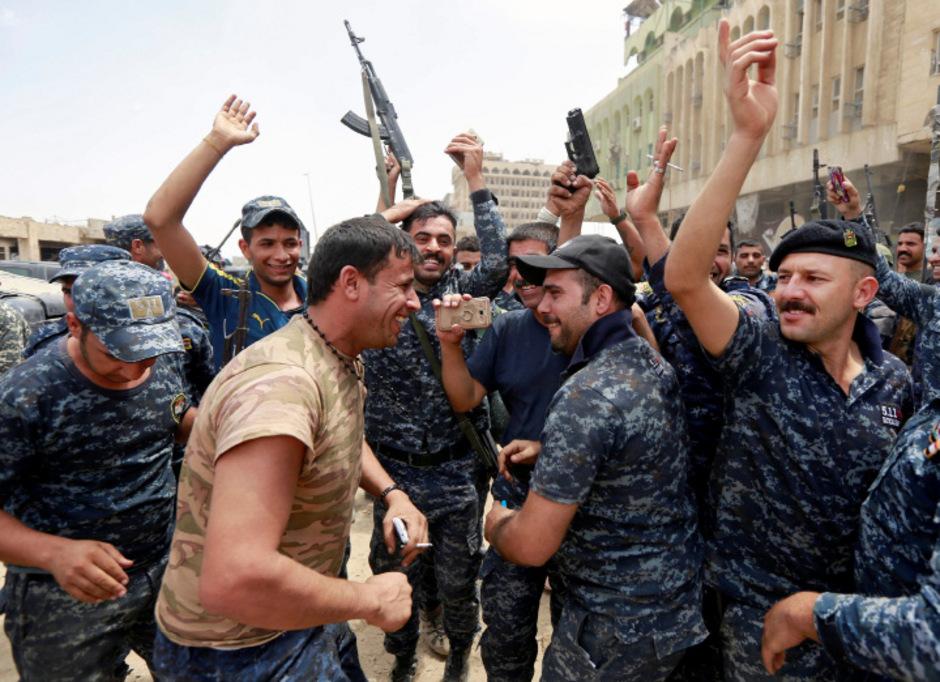 Soldaten feiern den nahenden Sieg über den IS.