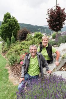 Lavendel, Rosen und Zierkirschen: Hildegard Lieb und Hans Schösser verschönern den Weerberg.