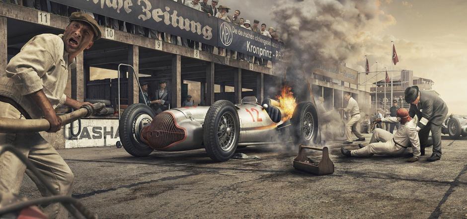 Nürburgring, 1938:Der vollgetankte Mercedes-Silberpfeil fängt Feuer, Manfred von Brauchitsch wird weggezogen, fährt später mit dem Wagen aber weiter.