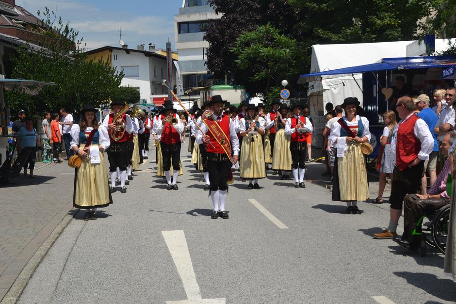 Die Blasmusikkapelle marschiert durch Wörgl.