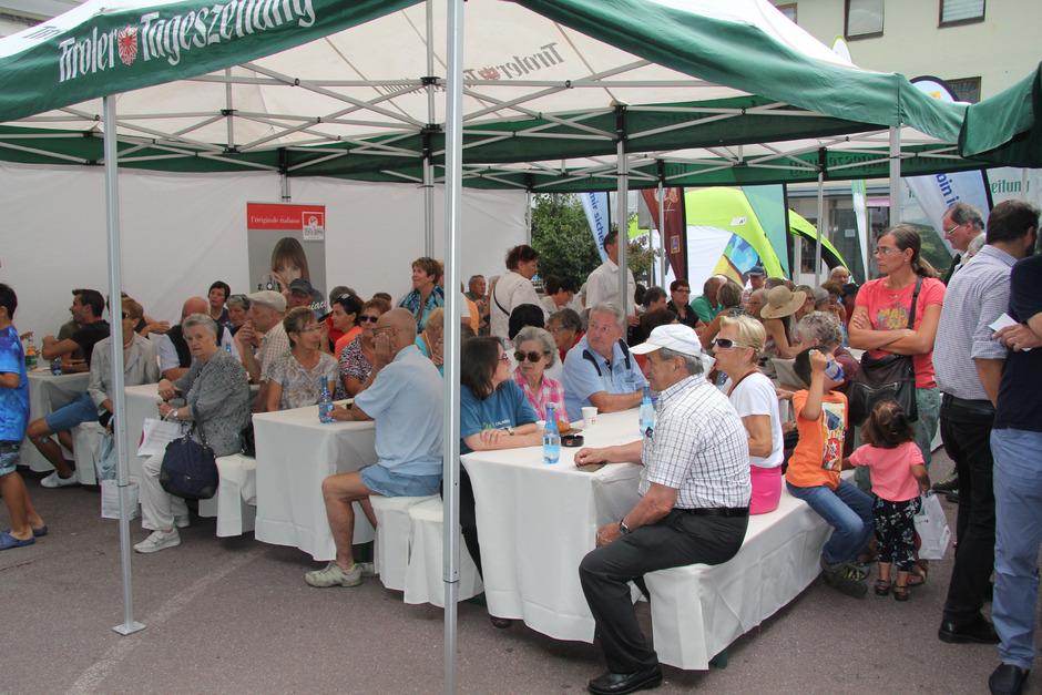 Das TT-Café zwischen Landecker Citypassage und Postamt war bestens besucht – es gab guten Kaffee und gute Diskussionen.