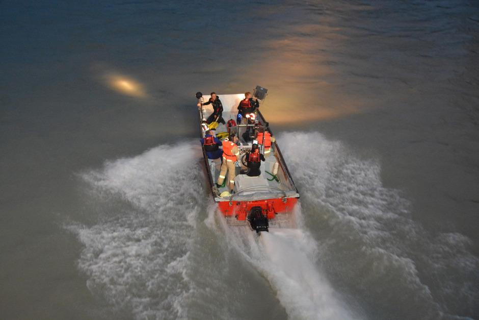 Die Feuerwehren und Wasserretter suchten mit mehreren Booten nach einer möglicherweise im Inn treibenden Person.