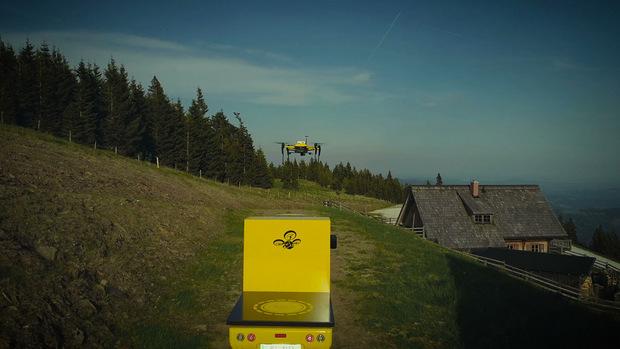 Paket im Anflug: Die Drohne startet vom elektrobetriebene Nutzfahrzeug ELI.