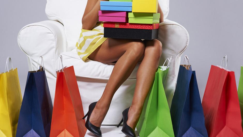 Frauen und jüngere Menschen sind mehr von der Kaufsucht gefährdet.