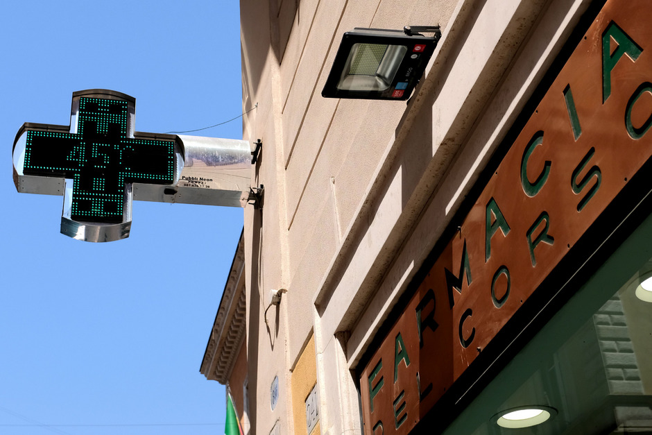 45 Grad zeigt dieses Thermometer einer Apotheke in Rom an. Offiziell wurden in der Hauptstadt bis zu 41 Grad registriert.