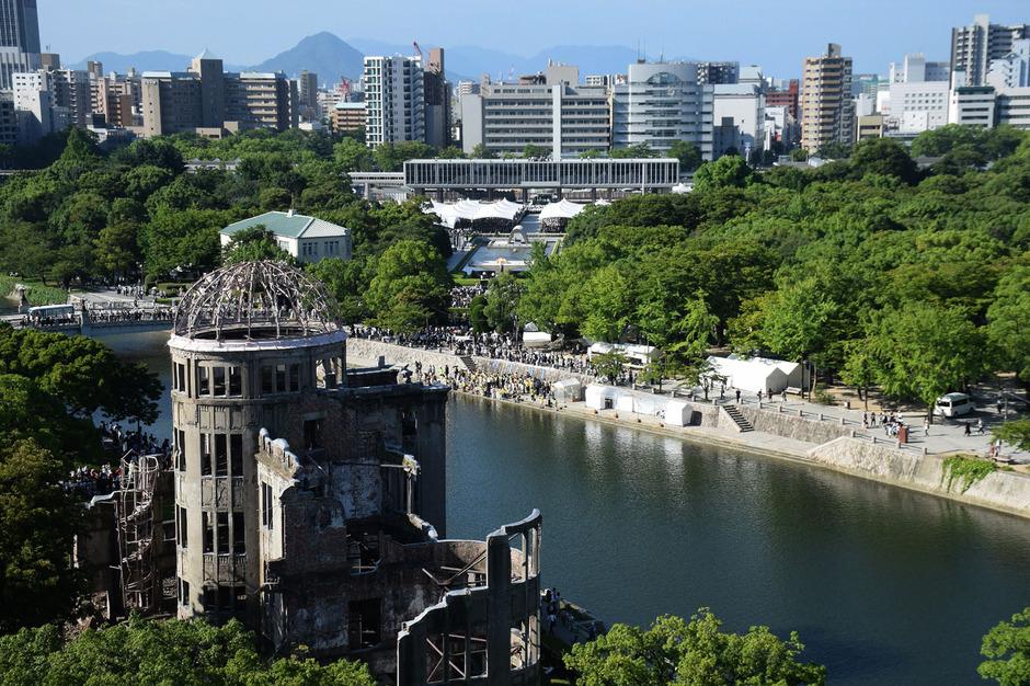 Der Gedenkpark im Hintergrund und Atombombendom im Vordergrund während der Veranstaltung zum Jahrestag des verheerenden Bombenabwurfes.