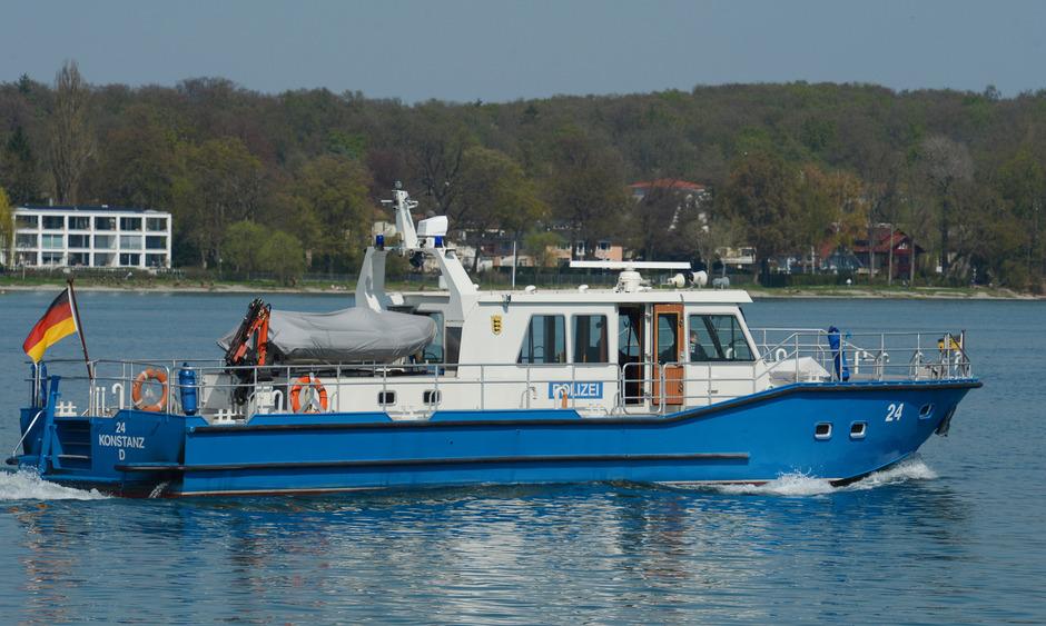 Ein Boot der Wasserschutzpolizei patrouilliert bei Konstanz auf dem Bodensee (Archivbild).