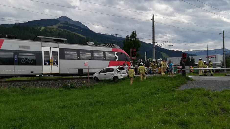 Der Zug prallte gegen das Heck des Wagens. Die Bahnstrecke war für rund eine Stunde gesperrt.