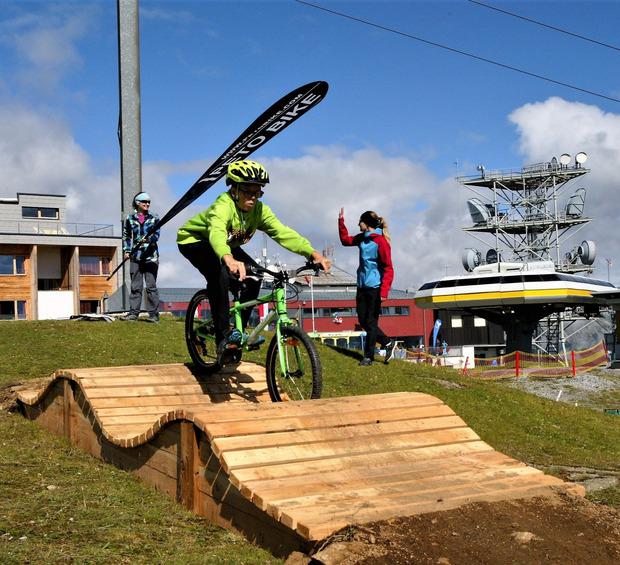 DIe Kinder vergnügten sich bei den neuen Errungenschaften mit viel Geschick am Mountainbike-Parcours.