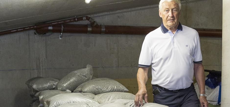 Gerüstet für das Hochwasser: Walter Markl mit Sandsäcken im Keller seiner Wohnanlage.