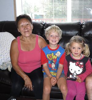 Inuit-Frau Jessie mit Ben und Esmé – eine von vielen Begegnungen, die in Erinnerung bleiben.