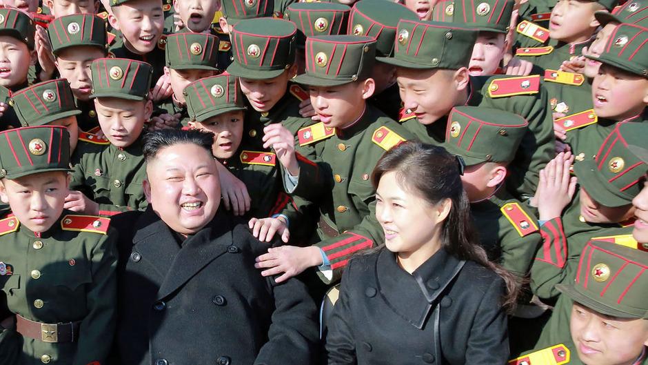Kim Jong-Un mit seiner Frau Ri Sol-Ju beim Besuch einer Schule in Pjöngjang (Archivbild).