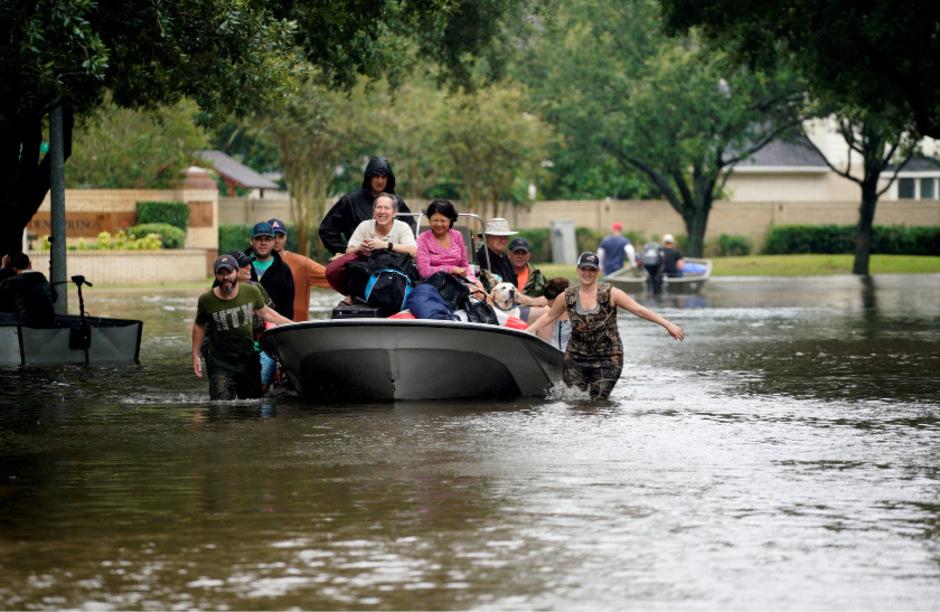 Per Boot werden Menschen in Houston in Sicherheit gebracht.