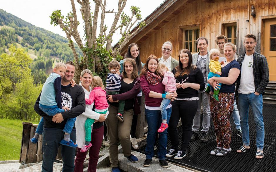 Die kleinen Künstler vom Ederhof mit Eltern, dem Projektteam und dem Geschäftsführer des Zentrums, Robert Weichselbraun (5.v.r).