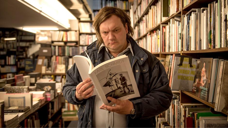 "Tiefer Schwerpunkt, traurige Augen: Charlie Hübner als Karl Schmidt in Arne Feldhusens Regener-Verfilmung ""Magical Mystery""."